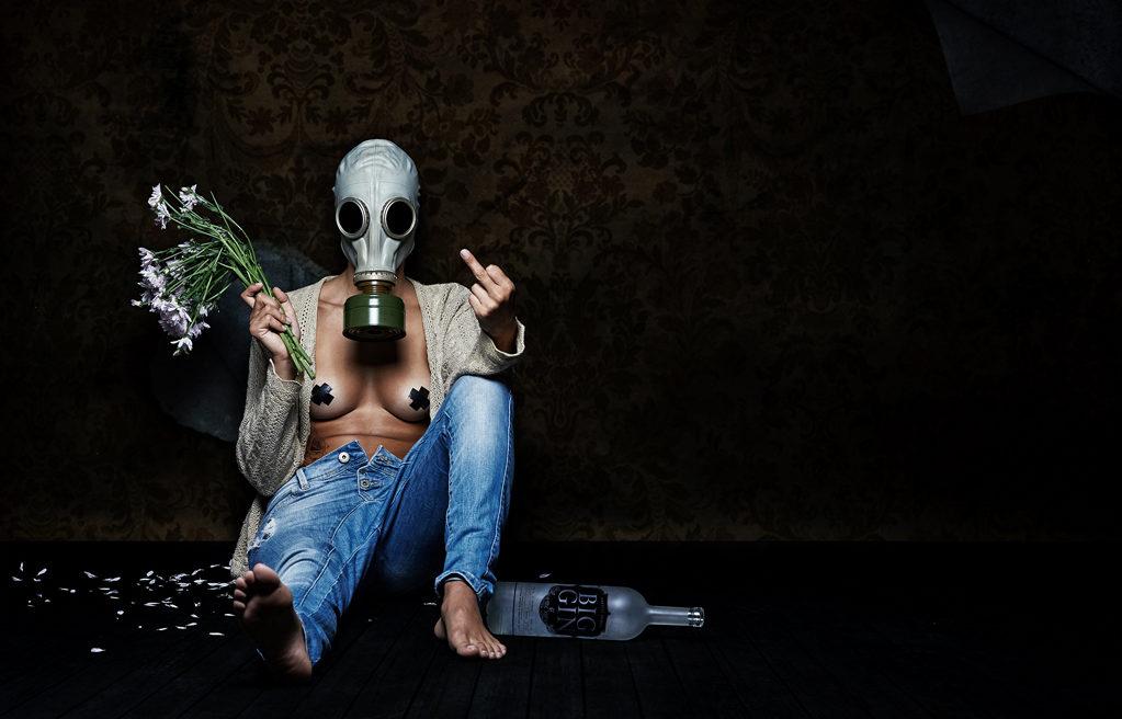 Projecto Toxic - Rapariga com flores e garrafa de gin